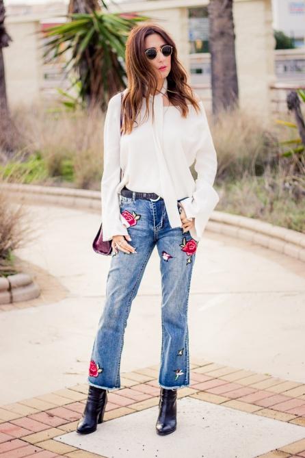 pantalon-vaquero-bordado-blusa-blanca-con-lazada-al-cuello_www-shoesandbasics-com_patti-santamaria-blogger-cadiz-outfit-streetstyle_18